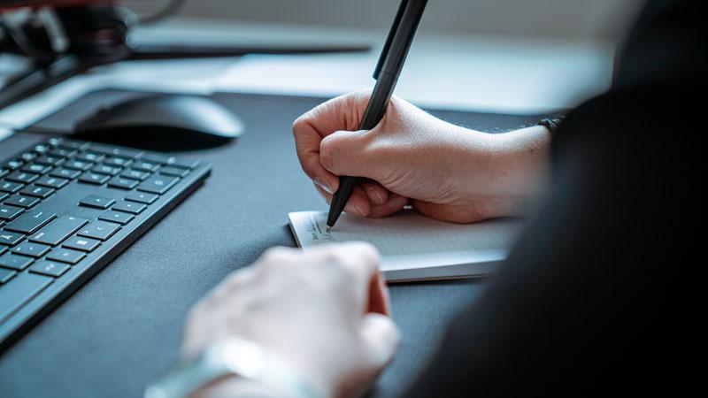 Notiz schreiben am Arbeitsplatz